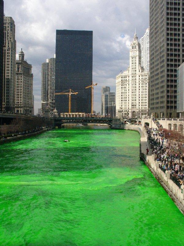 緑に染まるセント・パトリック・デーのシカゴ アイルランドの守護聖人である聖パ